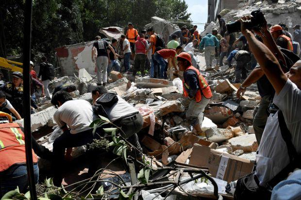 La increíble reacción de periodista durante terremoto en México
