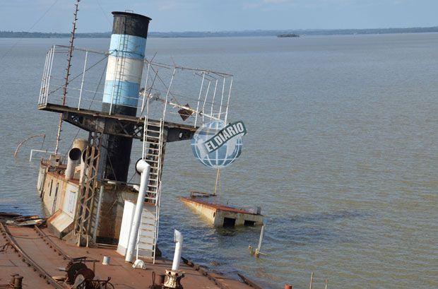 Por culpa de la desidia, se hundió uno de los históricos ferries posadeños (CON FOTOS Y VIDEO)