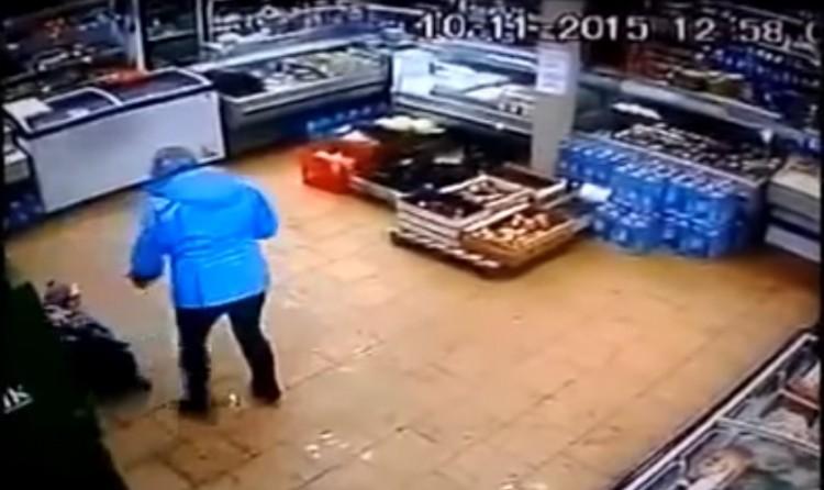 Primera edici n video golpea a su hijo porque no puede for Cuanto dinero se puede sacar del cajero