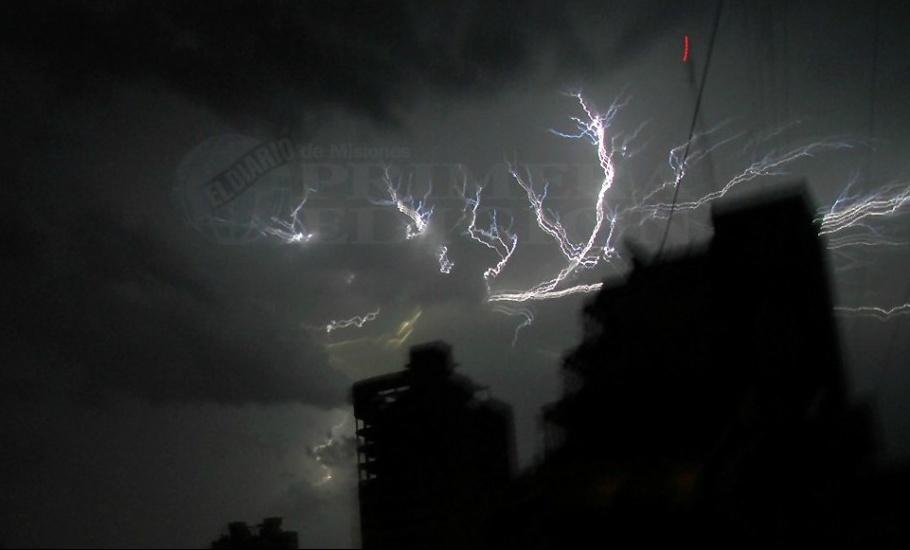 Rige alerta por lluvias y tormentas fuertes thumbnail