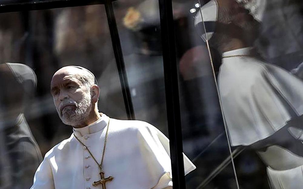 John Malkovich desfila frente al Vaticano como el