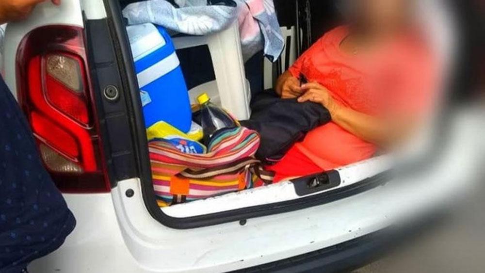 Lo multaron por llevar a su suegra en el baúl del auto