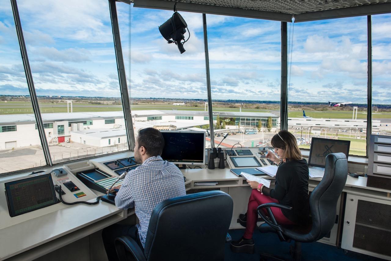 Controladores aéreos van al paro este sábado 26 y el lunes 28 de junio -  Primera Edición