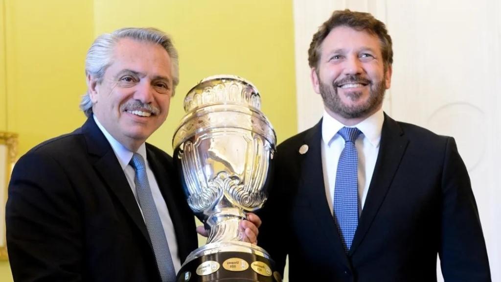 Alberto Fernández junto a Alejandro Domínguez, presidente de CONMEBOL.